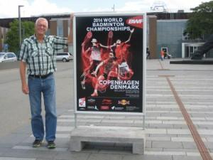 Karsten Friis er en af flere frivillige, der skaffer kontrollører til badminton-VM. Her ses han foran Ballerup Rådhus med en af de mange plakater, der skal gøre opmærksom på mesterskaberne, der foregår i sidste uge af august. Foto: Birte Bachmann